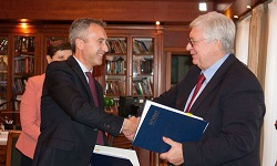 Vincenzo Raimo exchanges contracts with MGIMO official