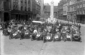 Motor Picnic to Peppard Common for wounded soldiers, organised by the YMCA, setting out from the Market Place, c.1915